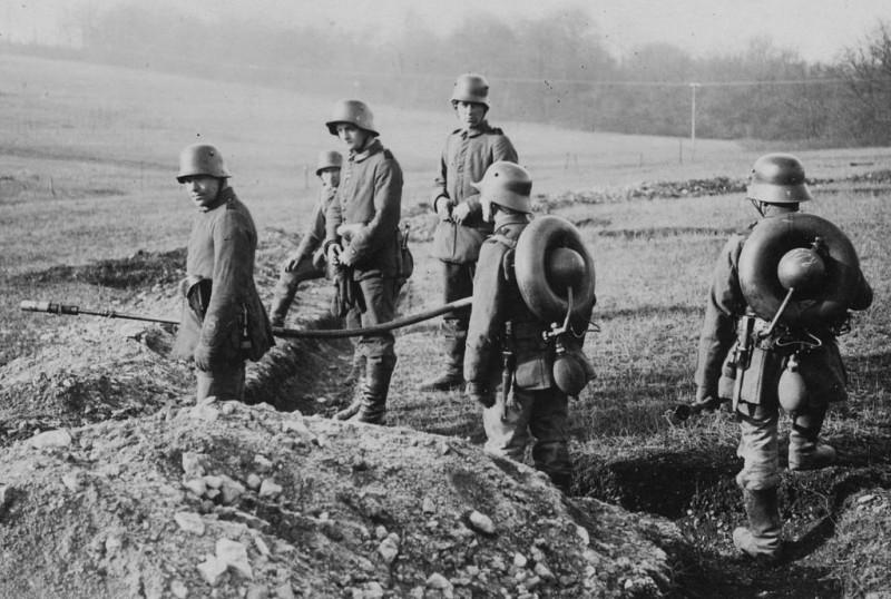 Redoutables lance-flammes allemands à l'entraînement