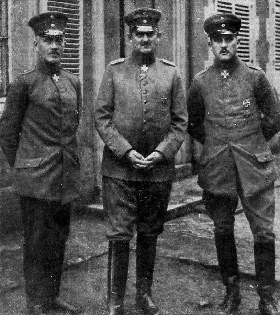 A gauche, le capitaine Haupt et à droite le lieutenant von Drandis.
