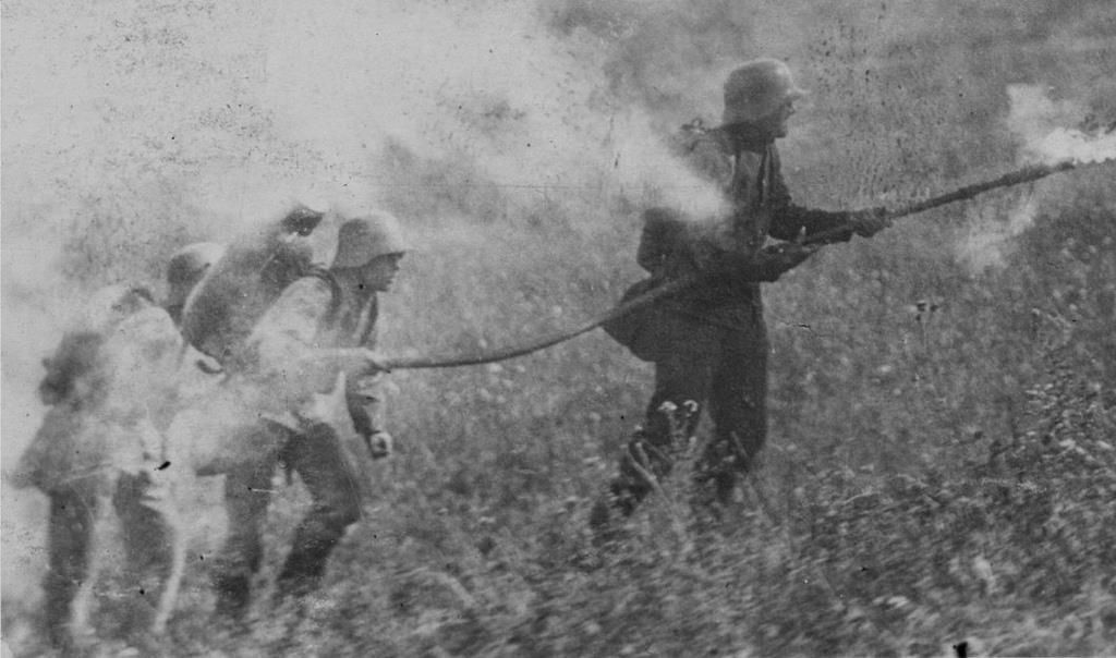 Lance-flammes allemand qui accompagne tous les assauts.