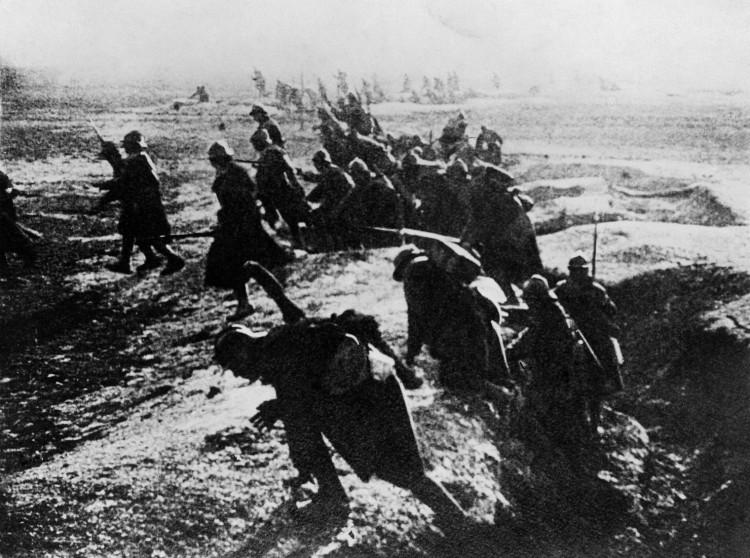 photo-prise-en-1916-de-soldats-francais-passant-a-l-attaque-depuis-leur-tranchee-lors-de-la-bataille-de-verdun-durant-la-premiere-guerre-mondiale-2_5532963