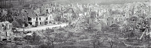 Ruines du village de Vaux qui sera complétement détruit à la fin de 1916.